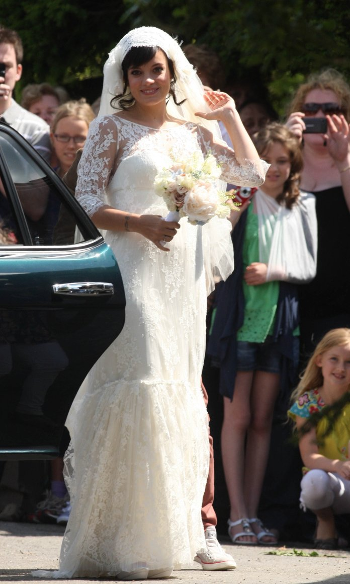 Pregnant Lily Allen marries in lace wedding gown!
