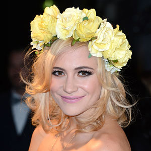 Pixie Lott perfects short hairstyle curls