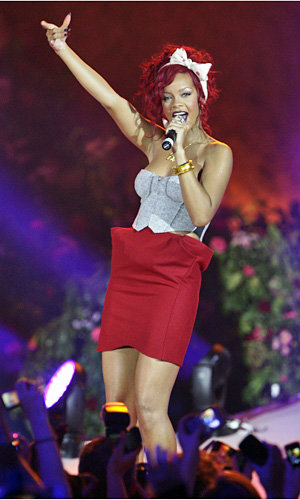 SEE PICS: Rihanna switches on the Christmas lights at Westfield!