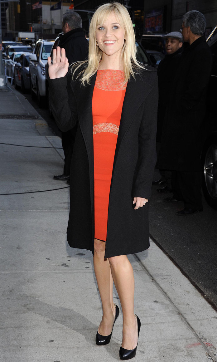 Reese Witherspoon sizzles in scarlet on the Late Show!