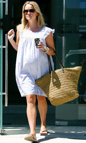 Reese Witherspoon's casual pregnancy style!