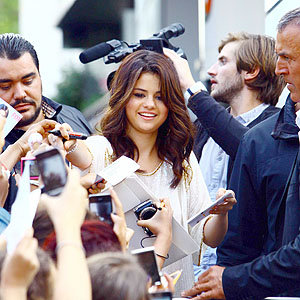 Fans go wild for Selena Gomez in Paris