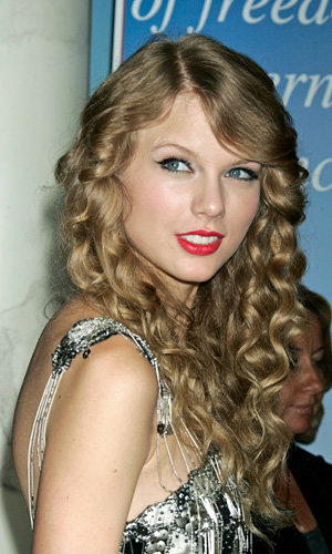 Taylor Swift launches new perfume with Elizabeth Arden!