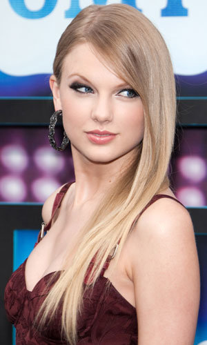 Taylor Swift shows off new hairstyle at CMT Music Awards