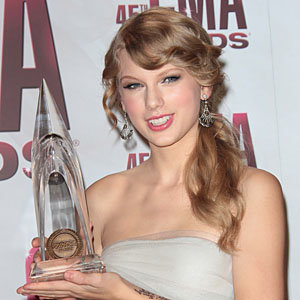 Taylor Swift wins big at Country Music Awards