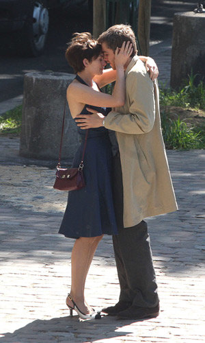 SEE PIC: Who's Anne Hathaway kissing?