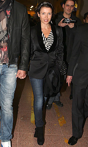 Pregnant Dannii Minogue lands down in London looking very stylish!