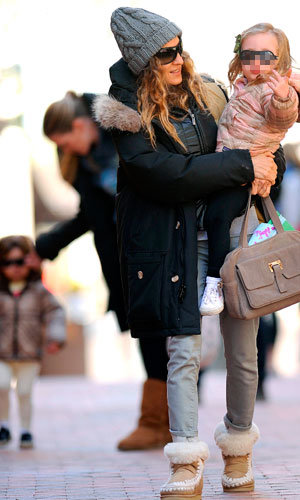 Sarah Jessica Parker takes the twins for a sunny walk!