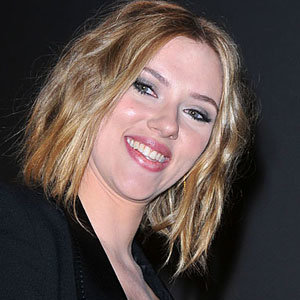 Scarlett steps out with sexy new haircut!