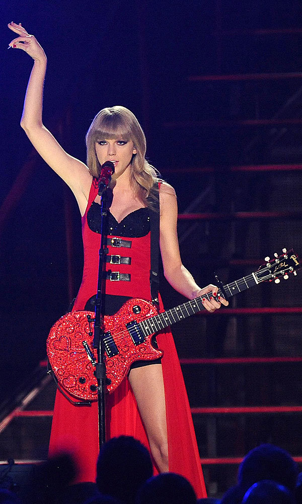 Style overhaul: Taylor Swift channels burlesque look at Country Music Awards 2013