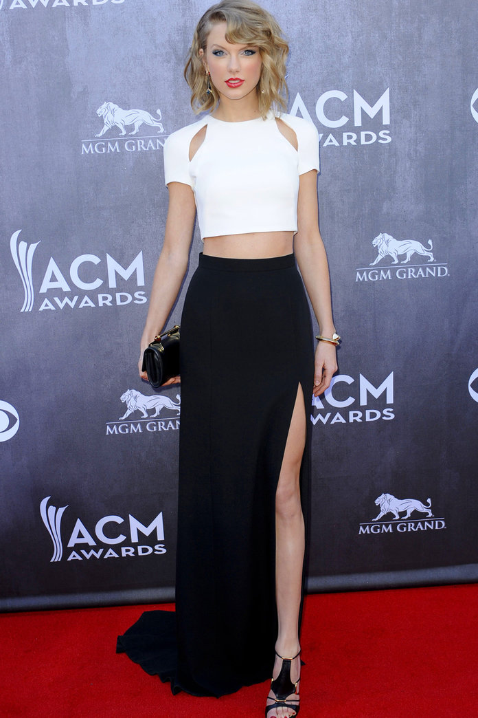 Taylor Swift Shows Just How To Flash Some Flesh At The ACM Awards
