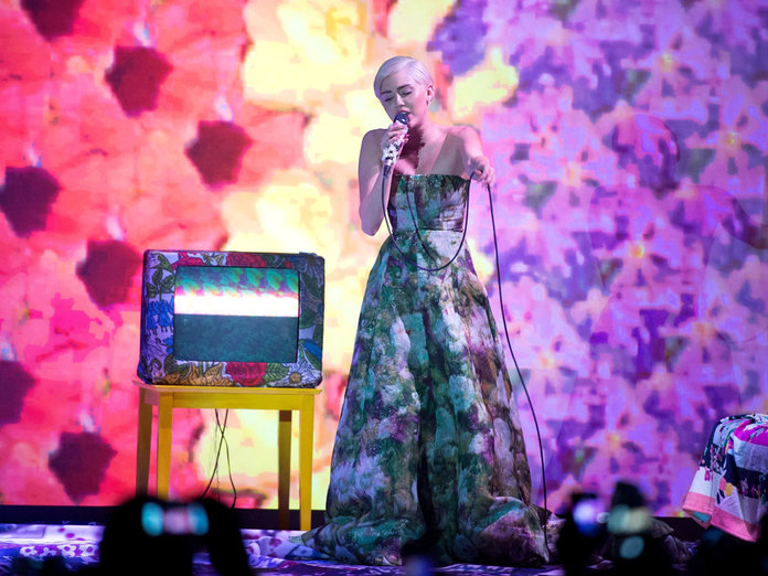 Miley Cyrus Does Demure At The World Music Awards