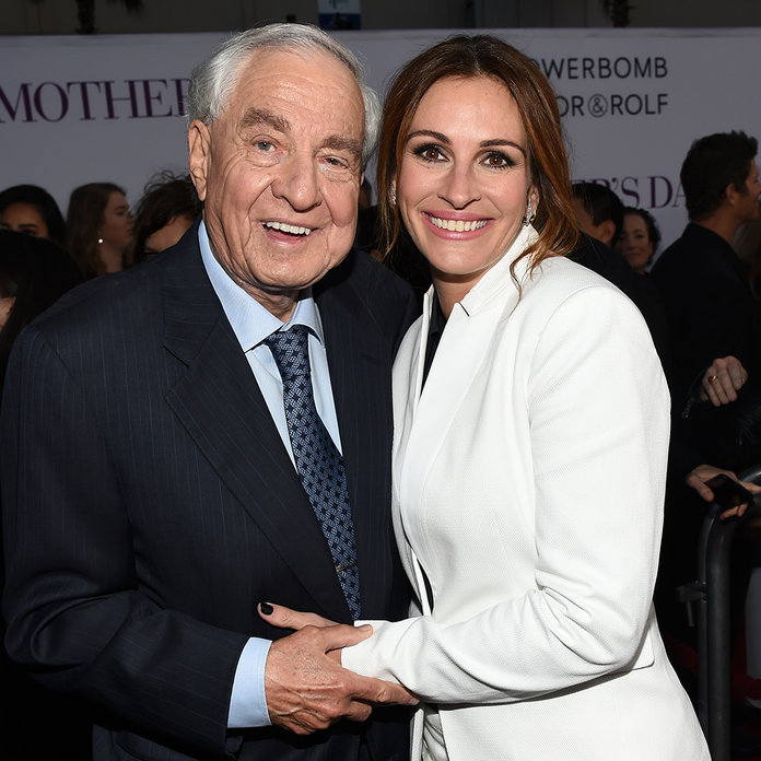 Julia Roberts Pays Tribute to Garry Marshall: 'His Love Was Unconditional'