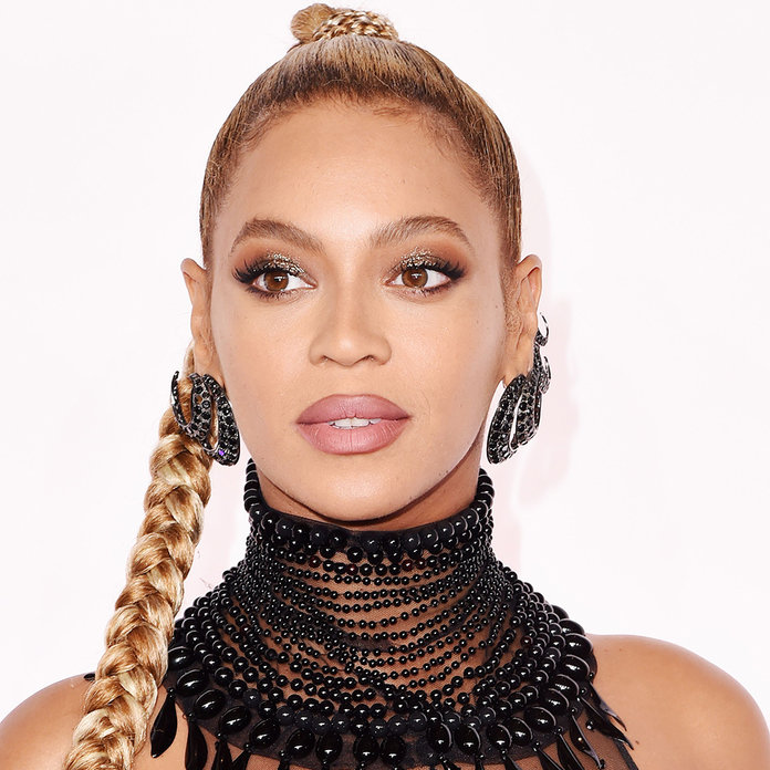 Beyoncé Remains Completely Unfazed After Ripping Her Ear Lobe In The Middle Of A Show