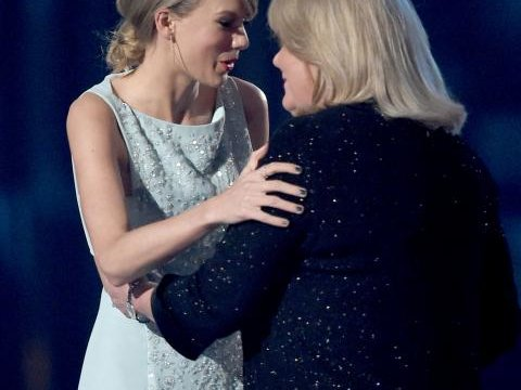 042015-taylor-swift-and-mom-2015-acm-awards.jpg