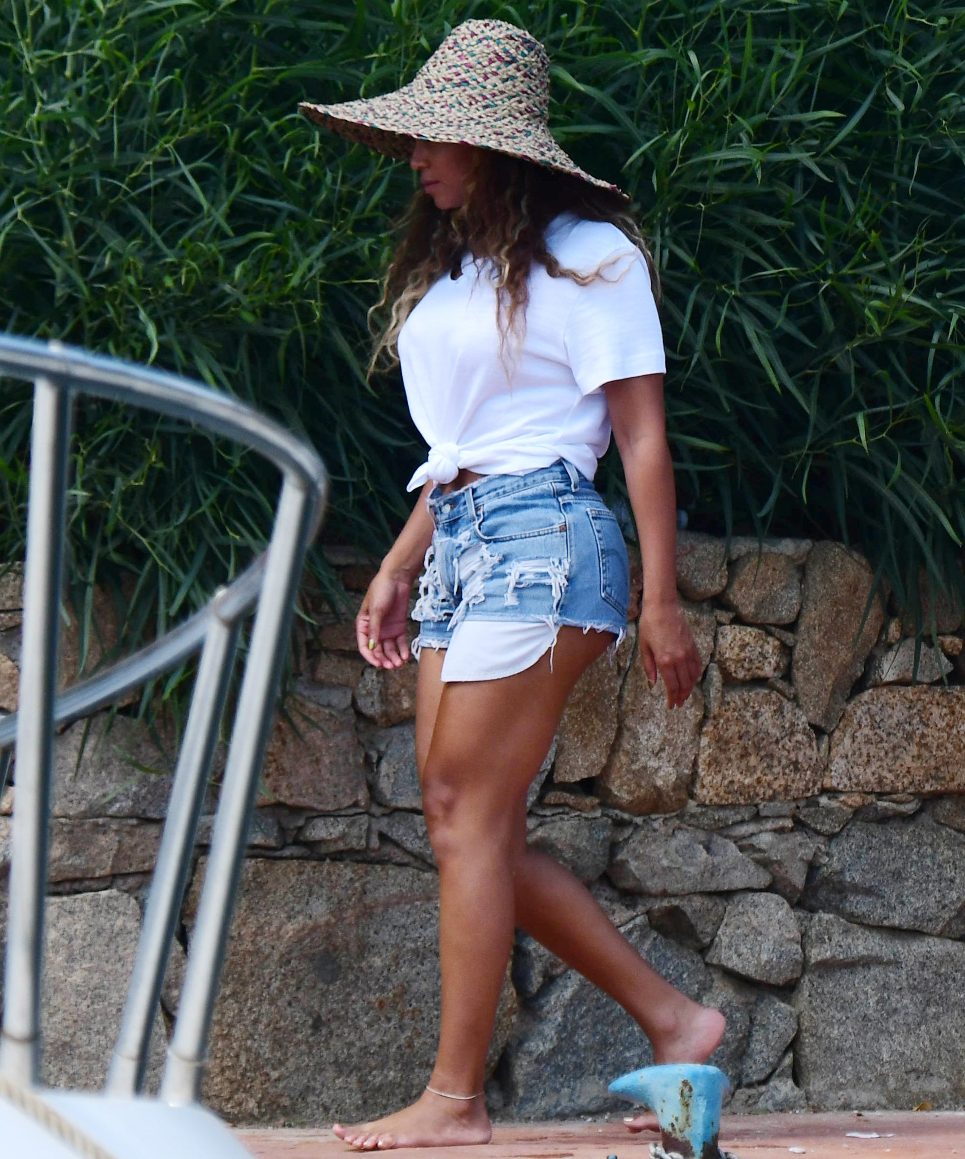 Beyoncé Shows Off Toned Legs in Denim Shorts While Out in Italy ...